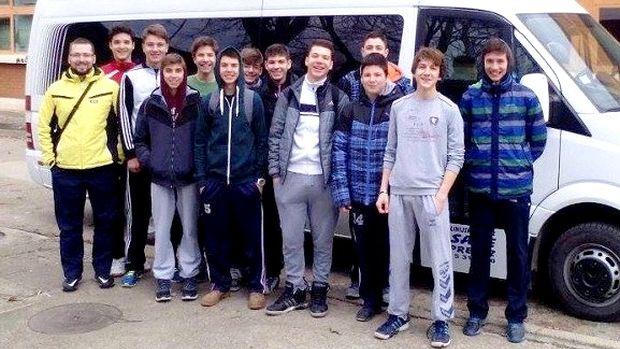 Pioniri KK Pirot ispred autobus